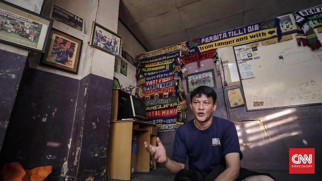 <p>Anto Setyarosa selaku Ketua Umum Laskar Benteng Viola menceritakan suka-duka ketika para suporter mendukung Persita kala bertanding di Stadion Benteng. (CNN Indonesia/Adhi Wicaksono)</p>