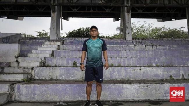 <p>Ilham Jaya Kesuma salah satu pemain Persita saat era kejayaan sepakbola Tangerang. Kini pemain yang berhasil dua kali menggondol gelar top scorer Liga Indonesia menjadi pelatih bagi pemain muda Persita. (CNN Indonesia/Adhi Wicaksono)</p>