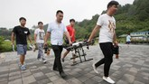 <p>Aturan tersebut mendapat penolakan dari sebagaian pegiat drone, lantaran biaya yang dihabiskan cukup tinggi yakni sekitar 10 ribu yuan China atau sekitar 20 juta rupiahuntuk mendapatkan lisensi. Alasan lain terkait ketidakpastian peraturan tersebut di masa depan. (REUTERS/Jason Lee)</p>