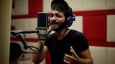 Ibrahim Ghunaim alias MC Gaza menyenandungkan barisan lirik rap dengan ketukan irama berbeda di sebuah daerah kantong yang dikuasai umat Islam di Palestina. Daerah ini diguncang konflik internal dan tiga perang dengan Israel selama dekade terakhir. (REUTERS/Mohammed Salem)