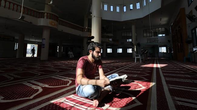 Para rapper di Gaza tidak memiliki awal yang mudah. Selain itu, penampilan perdana mereka pada 2005—saat merayakan penarikan pasukan dan pemukim Israel—juga tidak berjalan dengan baik. (REUTERS/Mohammed Salem)