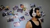 Cukup sulit bagi warga Palestina biasa, termasuk musisi dan seniman, untuk mencari nafkah di wilayah pesisir kecil yang dikelilingi oleh Israel dan Mesir. (REUTERS/Mohammed Salem)