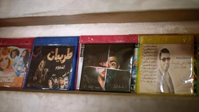 Lagu-lagu Ghunaim fokus pada tingginya tingkat pengangguran di Gaza, hak-hak perempuan, pemuda Palestina yang dipenjara oleh Israel karena tuduhan pelanggaran keamanan dan tidak adanya perdamaian. Tahun ini, Ghunaim telah menulis 25 lagu. (REUTERS/Mohammed Salem)