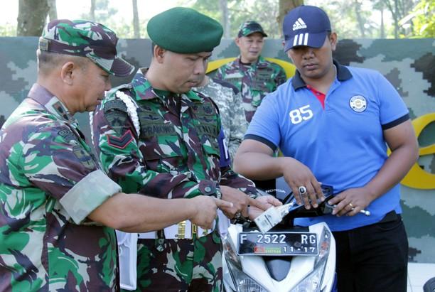 Prajurit Kostrad dari Pemeriksaan Kendaraan Hingga Perpus Keliling