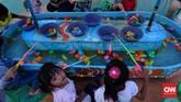 Jangan takut dompet bolong saat datang. Dengan uang Rp100 ribu, pengunjung yang membawa anak bisa puas mengajak bermain wahana permainan, yang tarifnya mulai dari Rp5.000 per sekali main.