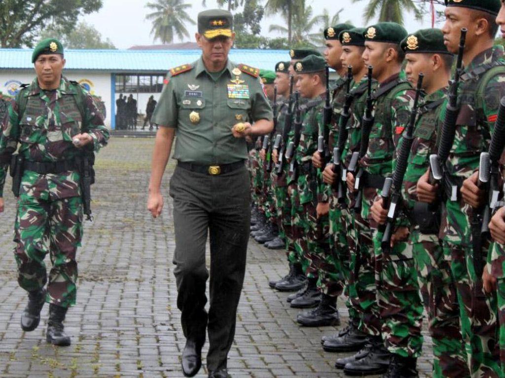 Pangdam XVI/Pattimura, Mayjen TNI Doni Monardo memimpin upacara penerimaan Satgas Yonif Raider 515/ UTY dan pelepasan Satgas Yonif 726/Tamalatea dan Satgas Yonif 734/SNS bertempat di lapangan upacara Lantamal IX Ambon. (Penkostrad).