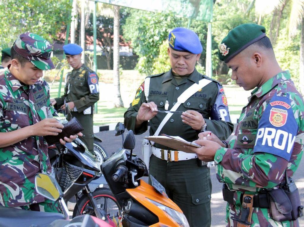 Sebanyak 150 orang personel Markas Divisi Infanteri 1 Kostrad diperiksa kendaraan nya baik itu roda dua atau roda empat di lapangan Madivif 1 Kostrad Cilodong, Depok, Jawa Barat. (Penkostrad).