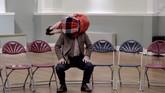 Eddie Ladd dan Gwyn Emberton tampil sebagai karakter Dylan dan Caitlin Thomas di pertunjukan 'Caitlin' di Lauriston Hall, Edinburgh, Skotlandia pada 25 Agustus 2017. (REUTERS/Mary Turner)