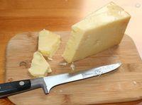 Kasein, protein susu yang ditemukan dalam keju, telah terbukti mengurangi hilangnya mineral dari enamel gigi. Keju pun terbukti menghilangkan bau mulut dari sejumlah penelitian yang ada. Foto: Istimewa