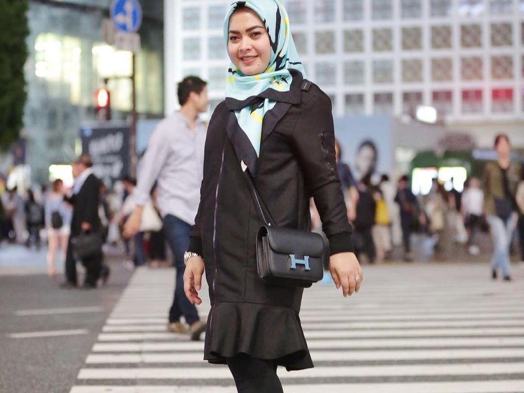 Foto: Gaya Hijab Simpel Adik Syahrini dengan Barang-barang Mewah