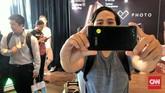 Selain baterai, ZenFone 4 Max Pro membekali fitur dua kamera belakang 16 MP dan 5MP untuk wide angleserta 16 MP di bagian depan ponsel. (CNN Indonesia/ Bintoro Agung)