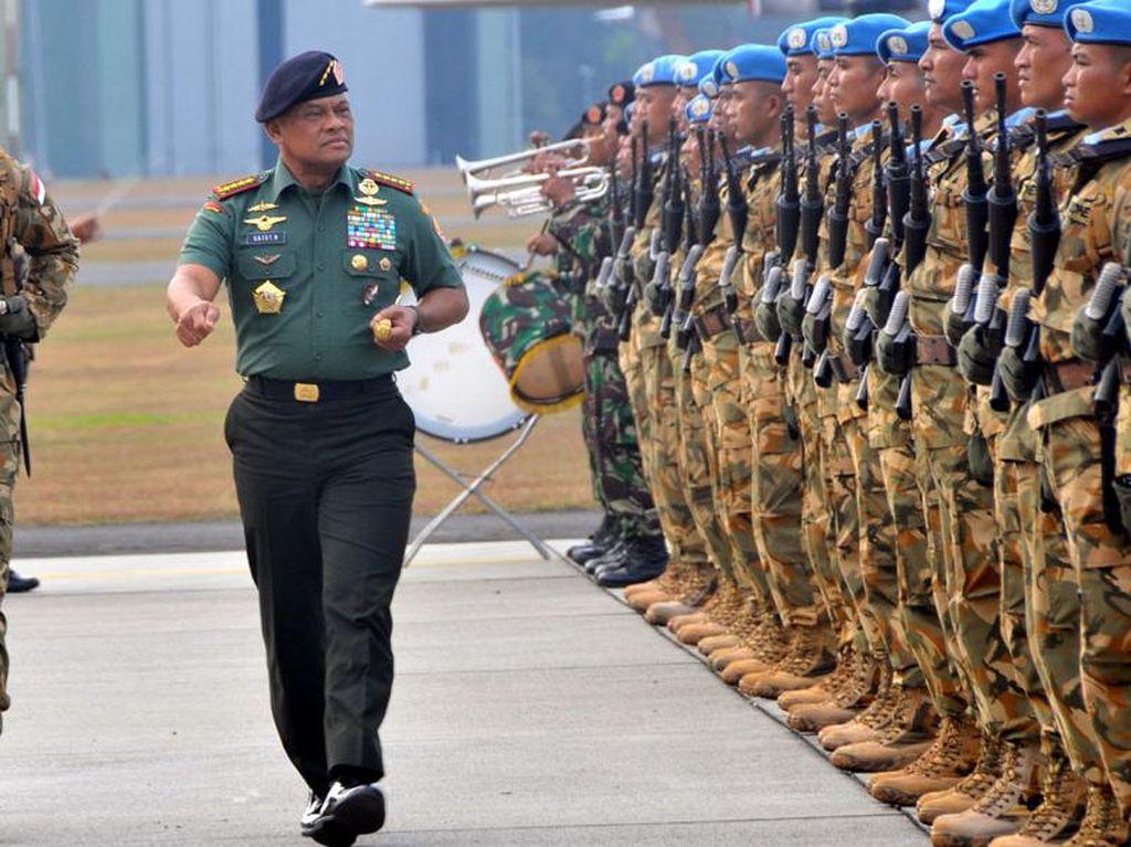 Panglima TNI Jenderal Gatot Nurmantyo memeriksa pasukan. (Puspen TNI).