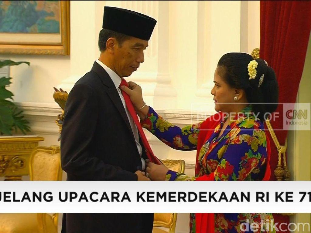 Ini momen saat Iriana membetulkan dasi Jokowi di Istana sebelum Upacara Kemerdekaan. Foto: Dok. Detikcom