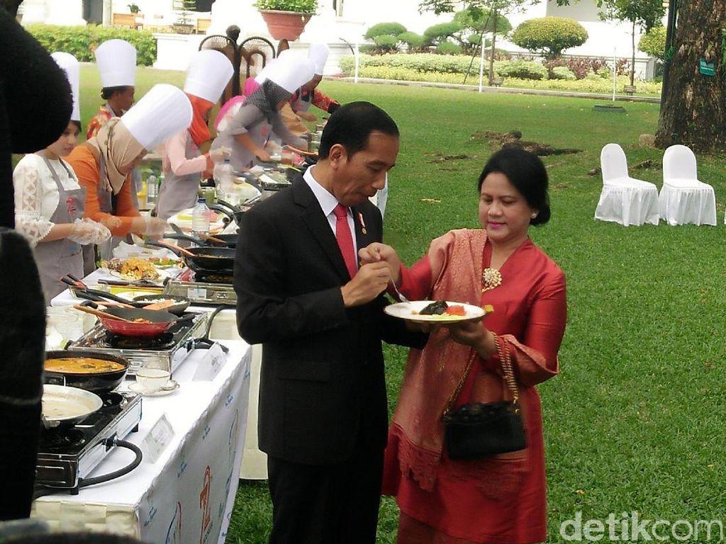 Selain bergandengan, momen kemesraan lainnya saat Jokowi dan Iriana terlihat saat Iriana menyuapi Jokowi di Istana. Foto: Dok. Detikcom