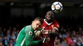 Penyerang Liverpool asal Senegal, Sadio Mane, mengangkat kaki terlalu tinggi hingga menendang wajah bagian kiri kiper Manchester City Ederson. (Action Images via Reuters/Lee Smith)