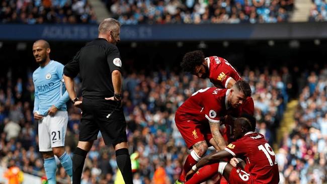 Sadio Mane duduk seakan tidak percaya wasit Jon Moss memberinya kartu merah langsung karena menendang wajah Ederson. (Action Images via Reuters/Lee Smith)