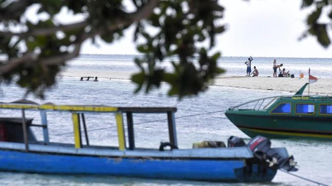 Pulau Dodola menjadi salah satu lokasi favorit turisuntuk menikmati dataran yang terbagi dua, antara Pulau Dodola Besar dan Dodola Kecil, yang tersambung dengan jembatan pasir putih saat air laut surut.