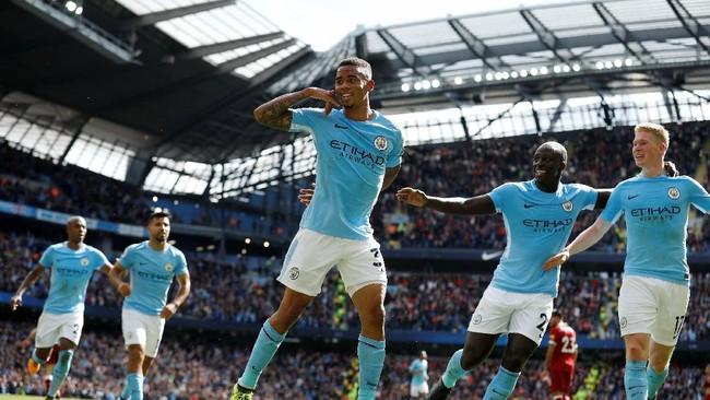 Injury time babak pertama berjalan lima menit, Manchester City berhasil menggandakan keunggulan melalui gol sundulan Gabriel Jesus memanfaatkan umpan silang Kevin De Bruyne. (REUTERS/Phil Noble)