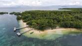 Siapa yang tak betah berlama-lama di atas pasir putih, dengan pemandangan air laut yang jernih dihiasi perahu-perahu pembawa wisatawan yang berlabuh di Pulau Dodola, Kabupaten Morotai, Maluku Utara.