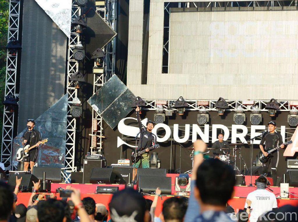 Band indie asal Bandung ini mendedikasikan aksinya di Soundrenaline 2017 untuk Chester Bennington. (Dicky/detikHOT)