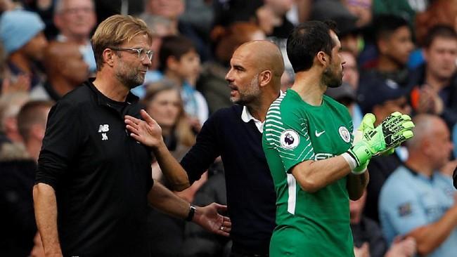 Manajer Liverpool Juergen Klopp (kiri) dan manajer Manchester City Pep Guardiola berbicara setelah Sadio Mane mendapat kartu merah. Di bagian depan terlihat Claudio Bravo bersiap menggantikan posisi Ederson. (Action Images via Reuters/Lee Smith)