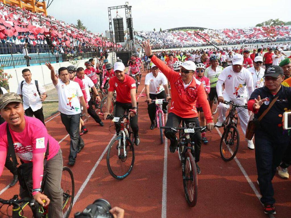 Menpora Imam Nahrawi menyapa para penonton yang hadir langsung di stadion dengan bersepeda. Acara ini juga menjadi finis dari Gowes Nusantara 2017. (Foto: dok. Kemenpora)