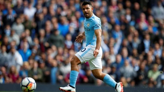 Menjamu Liverpool di Stadion Etihad, Sabtu (9/9), Manchester City unggul 1-0 pada menit ke-24 melalui gol Sergio Aguero setelah menerima umpan Kevin De Bruyne. (REUTERS/Phil Noble)
