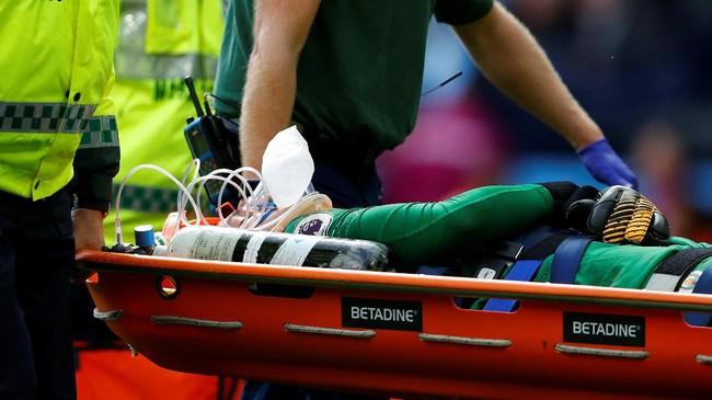 Ederson yang dibeli Manchester City dari Benfica awal musim ini tidak bisa melanjutkan pertandingan dan langsung dibawa ke rumah sakit. (REUTERS/Phil Noble)