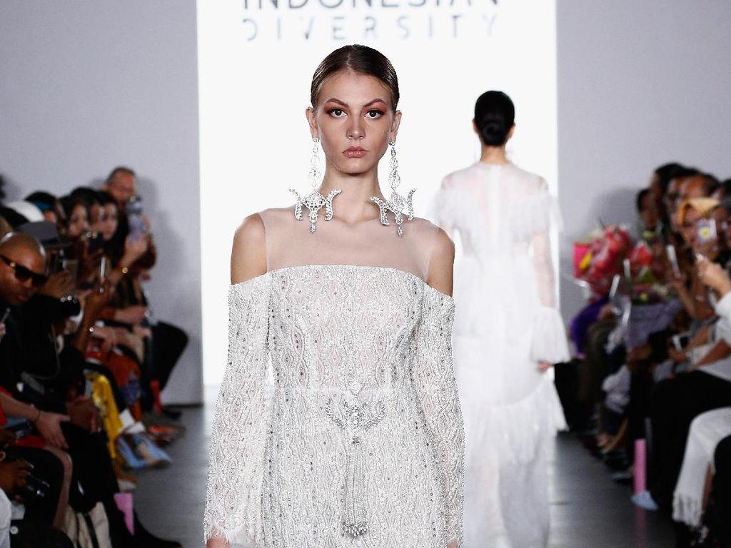 Foto: 12 Koleksi Terbaru Barli Asmara di New York Fashion Week 2017
