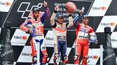 Danilo Petrucci, Marc Marquez, dan Andrea Dovizioso berada di podium GP San Marino. Kemenangan di Misano membuat Marquez menggeser posisi Dovizioso di puncak klasemen sementara MotoGP 2017. (AFP PHOTO / ANDREAS SOLARO)