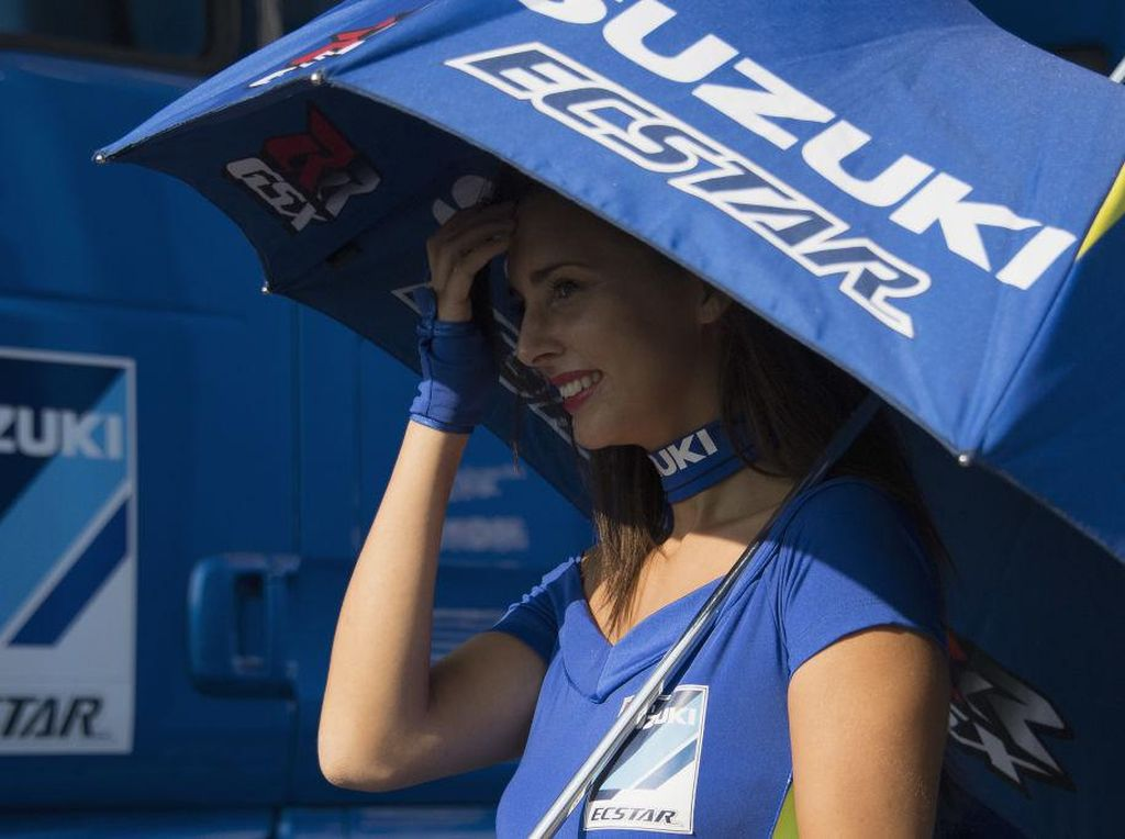 Pada hari balapan, Misano memang basah akibat hujan. Tapi sebelumnya matahari sempat bersinar. Si gadis manis ini pun sudah sedia payung sebelum hujan. (Photo by Mirco Lazzari gp/Getty Images)