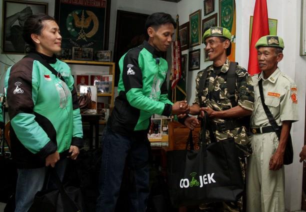 Aksi Sosial Go-Jek Sumbang Sembako untuk Veteran
