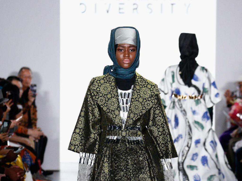 Foto: 12 Koleksi Dian Pelangi yang Memukau di New York Fashion Week 2017