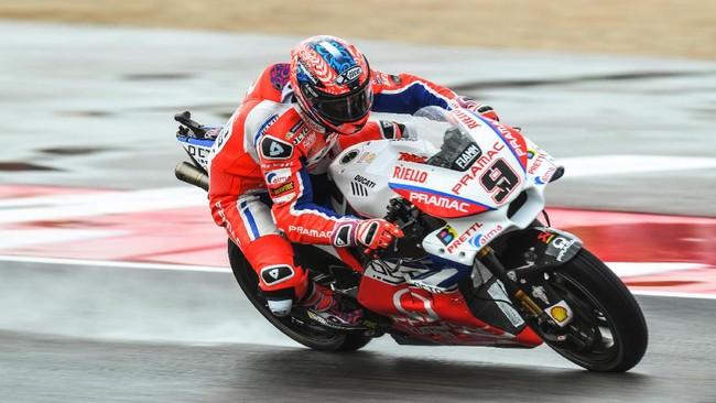 Setelah Jorge Lorenzo mengalami kecelakaan di lap ketujuh, pebalap Pramac Ducati Danilo Petrucci kemudian memimpin balapan atas Marc Marquez dan Andrea Dovizioso. (AFP PHOTO / ANDREAS SOLARO)