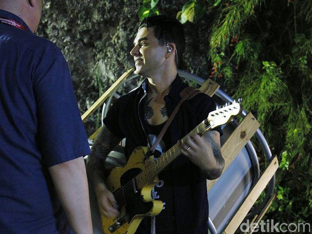 Chris Carrabba, sang vokalis, juga terlihat penuh semangat sambil menjajal gitarnya.