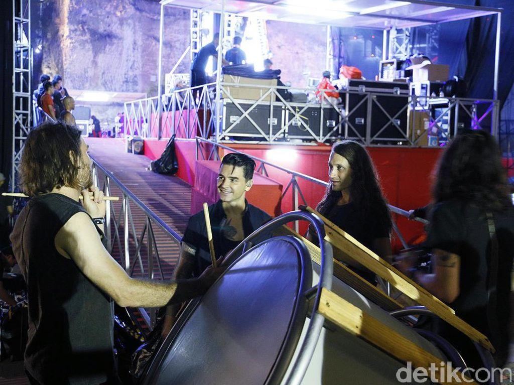 detikHOT berkesempatan untuk bertemu Dashboard Confessional sebelum mereka naik panggung.