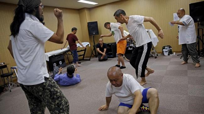 Kelompok penari H Sokerissa ini didirikan oleh Yuuki Aoki, sepuluh tahun lalu. Terinspirasi dari kondisi gelandangan di pinggir jalan, Aoki penasaran bila para gelandangan ini menari meluapkan perasaan mereka.(REUTERS/Toru Hanai)