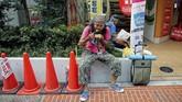 Nishi sempat pasrah bila ia akan meninggal seperti binatang jalanan lantaran hanya dapat mampu bertahan dengan air selama tiga pekan.(REUTERS/Toru Hanai)