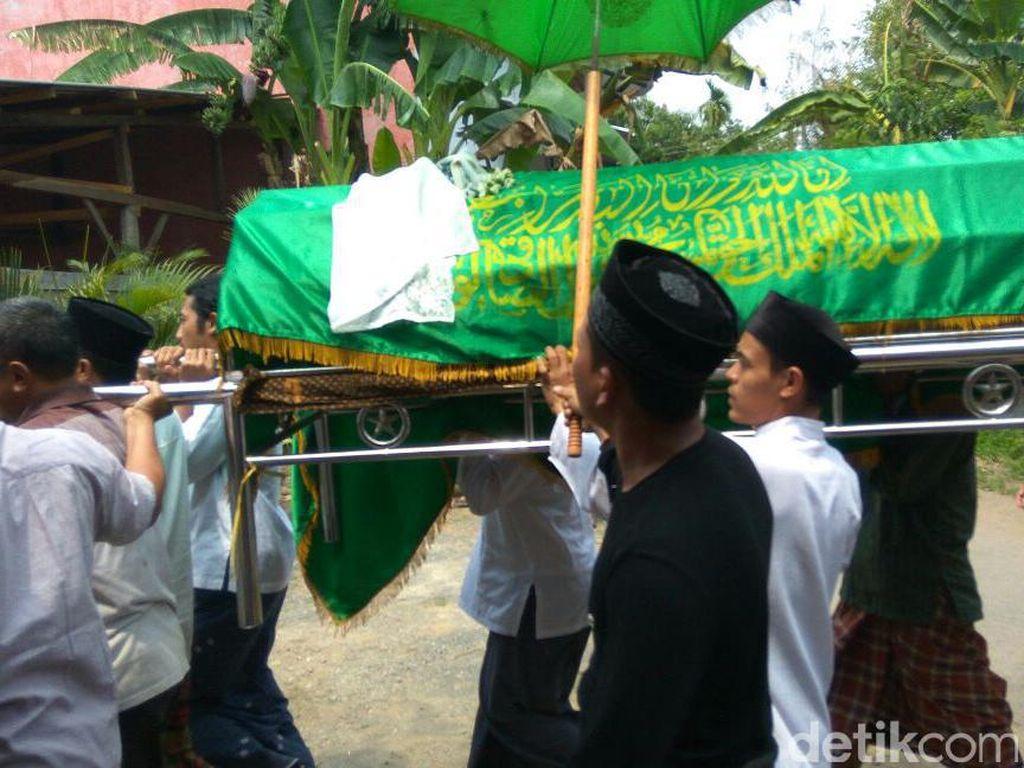 Pemakaman dilangsungkan di Pekalongan. Di mata keluarganya, Husni dan Zakiah adalah pengusaha sukses dan hafiz yang dermawan (Foto: Robby Bernardi)