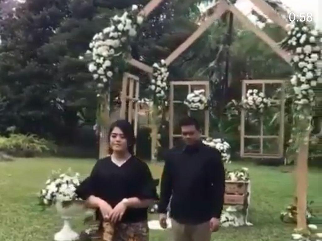 Sesi pemotretan prewedding Kahiyang dan Bobby disebarkan oleh sejumlah akun Instagram. Keduanya terlihat begitu romantis dengan pakaian berwarna hitam.
