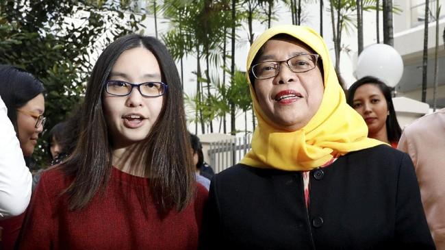 <p>Hingga akhirnya, ia membulatkan tekad mencalonkan diri menjadi presiden Singapura. Rencana ini sempat ditentang oleh anak-anaknya karena takut publik menyorot kehidupan mereka. (Reuters/Edgar Su)</p>