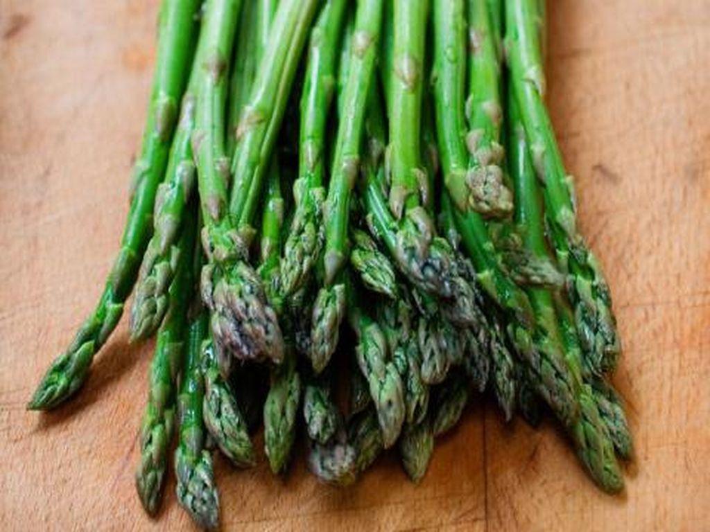 Sebagai sayuran prebiotik, asparagus mempunyai zat asam folat yang dapat mengubah gula darah menjadi energi yang diperlukan tubuh. Sekaligus mampu mempercepat pembakaran lemak visceral dengan cepat. Foto: Istimewa