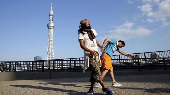 Para anggota H Sokerissa menari di berbagai kesempatan, mulai dari saat latihan hingga ketika dipanggil dalam sebuah kesempatan. (REUTERS/Toru Hanai)