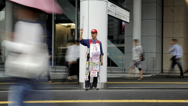 Begitu pula dengan Masayoshi Koiso (tengah). Di usianya yang ke-69, ia masih menjadi gelandangan dari satu stasiun ke stasiun lain. (REUTERS/Toru Hanai)