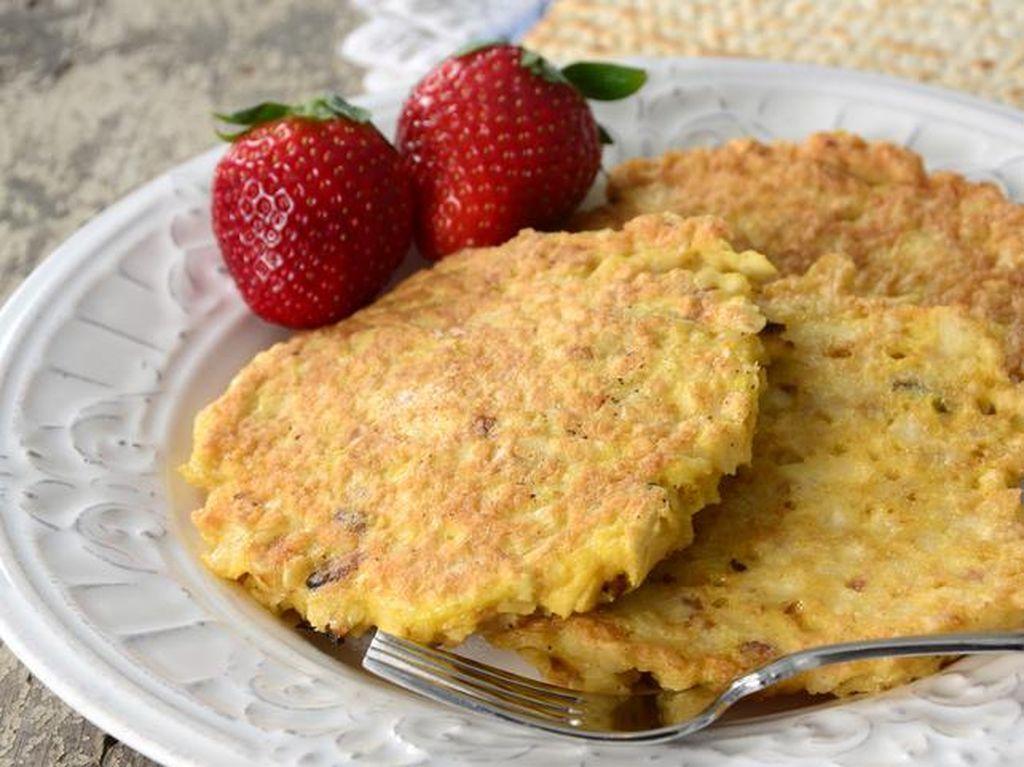 Matzah Brei adalah telur kocok yang diberi matzo (sejenis cracker) sebelum digoreng. Makanya, makanan ini terasa lebih padat dan renyah. Matzah brei sering dibuat manis, terkadang juga diberi susu. Makanan pelengkap dan toppingnya berbeda-beda, tergantung kebiasaaan setempat. Foto: Istimewa