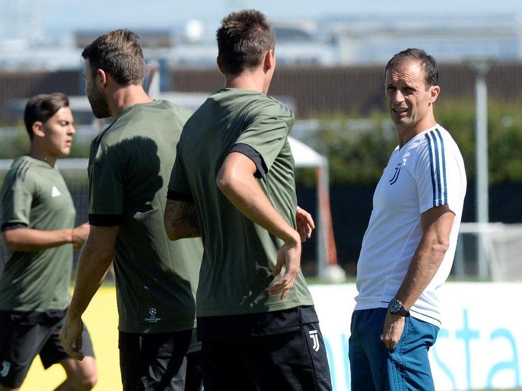 Pelatih Massimiliano Allegri memimpin jalannya latihan. Foto: Massimo Pinca/Reuters