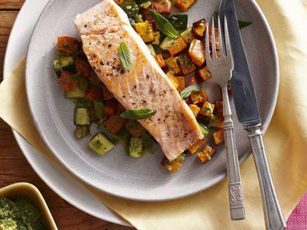 Tidak ada yang lebih baik dari ikan terutama salmon jika mengangkut dengan protein baik. Salmon kaya akan omega-3 penting dan protein tanpa lemak, yang dapat membantu mengisi perut dan mengurangi hasrat. Foto: Istimewa