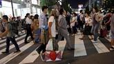 Kehidupan bagi Tokuchika Nishi (tengah) terasa berat. Di usianya ke-38, ia harus bertahan hidup sendirian di jalanan Tokyo karena ia adalah tunawisma. (REUTERS/Toru Hanai)