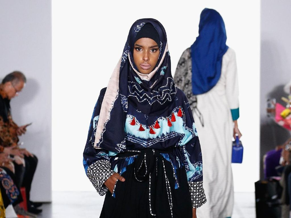 Foto: 12 Koleksi Busana Muslim Vivi Zubedi di New York Fashion Week 2017