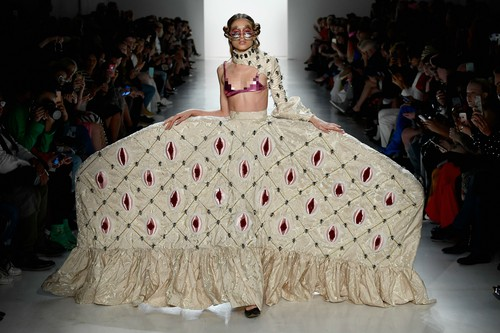 Duh! Desainer Buat Busana Bentuk Miss V di New York Fashion Week